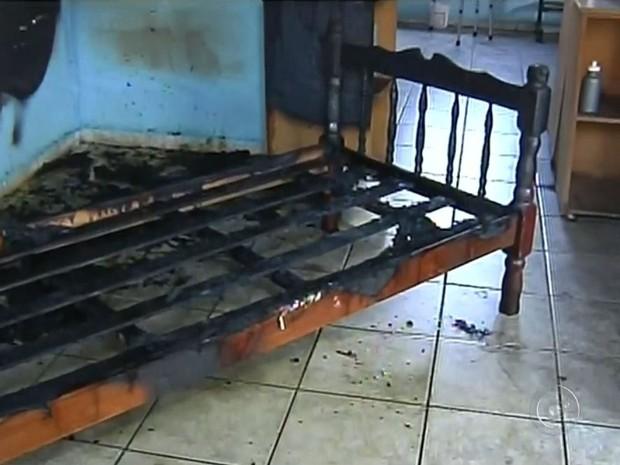 Quarto ficou destruído após incêndio (Foto: Reprodução / TV TEM)