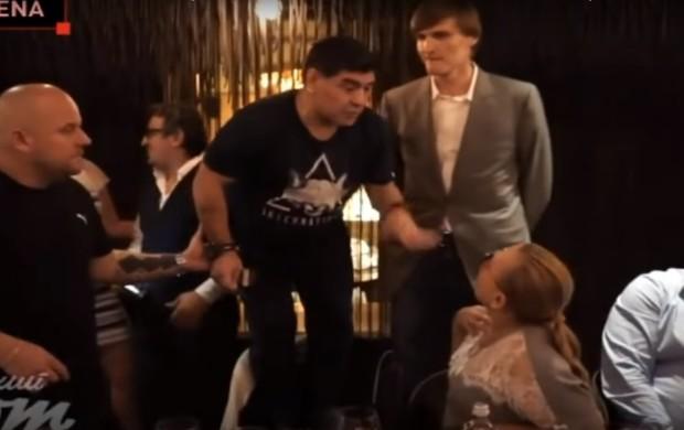 BLOG: Maradona dança, canta, e sobe em cadeira para falar com grandalhão russo