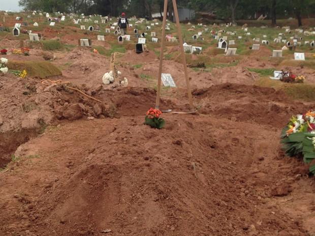 O morador de rua Francisco Lima, considerado herói da Sé em tiroteio na última sexta-feira (4), foi enterrado na manhã de domingo (6) por onze familiares no Cemitério Municipal de Perus, na Zona Norte da Capital paulista (Foto: Vivian Reis/G1)