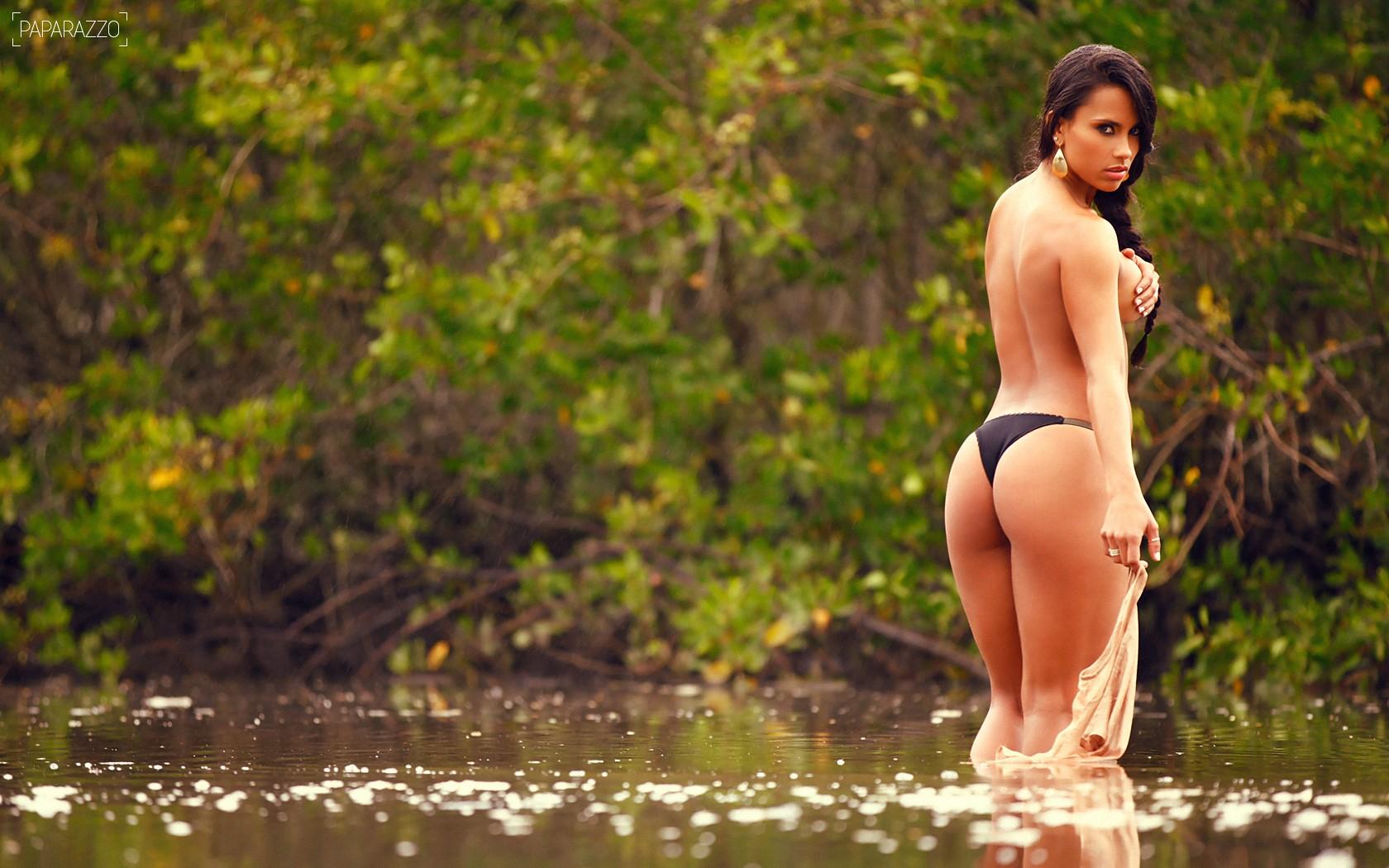Брюнетка, попка, речка, озеро, бикини, взгляд, пруд широкоформатные