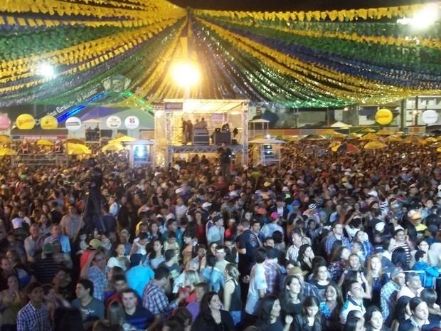 Parque do Povo lotou na noite de domingo para aproveitar o show de Flavio José no São João de Campina Grande (Foto: Rafael Melo/ G1)