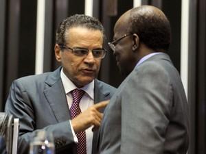 O presidente da Câmara, Henrique Eduardo Alves, e o presidente do STF, Joaquim Barbosa, durante solenidade no Congresso (Foto: J.Batista/Ag.Câmara)