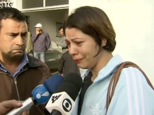 Tia de estudannte morta foi até o IML liberar o corpo da jovem (Foto: Reprodução/TV Tribuna)