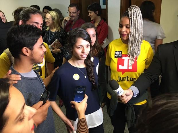 A estudante Ana Júlia Ribeiro concedeu entrevistas e tirou selfies ao participar de audiência pública na Comissão de Direitos Humanos do Senado (Foto: Gustavo Garcia / G1)