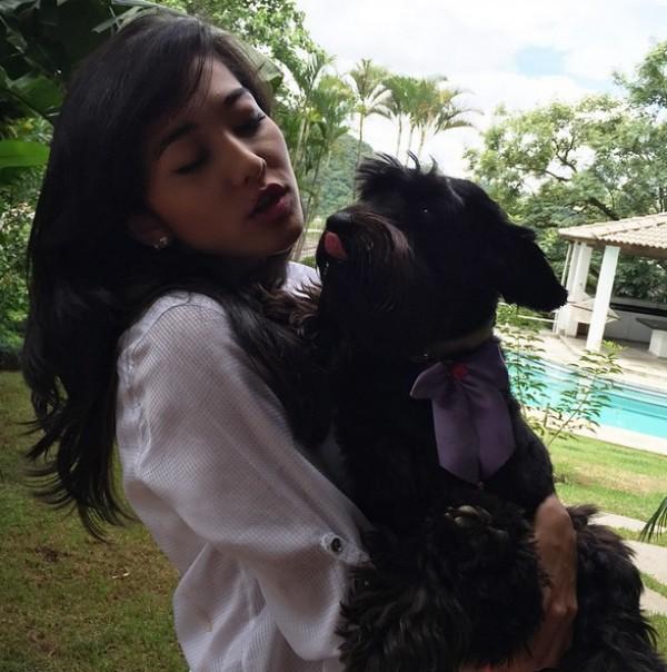 Jacqueline Sato mata a saudade de seus cães (Foto: Reprodução / Instagram)