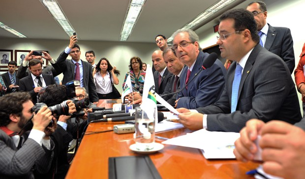 """Ao lado do líder Eduardo Cunha (RJ), deputado Fábio Trad (MS) lê nota em que PMDB declara posição de """"independência"""" do governo (Foto: Zeca Ribeiro/Ag.Câmara)"""