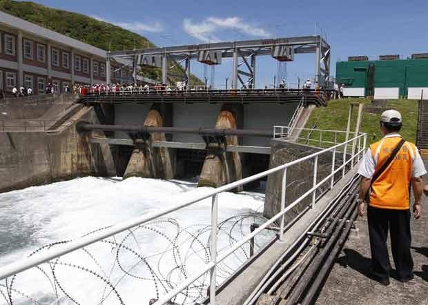 Foto de setembro de 2012 mostra um funcionário inspecionando a barragem que tem a função de bloquear um tsunami. Há uma suspeita de que a usina esteja vazando água radioativa. (Foto:  Reuters/Pichi Chuang/Filers)