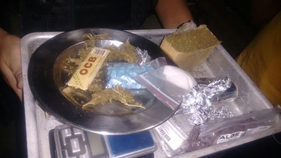 Comprimidos de ecstasy, maconha e cocaína foram aprrendidos durante abordagem e prisão em Paulista, no Grande Recife (Foto: Ascom/PMPE)