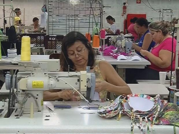 Além das costureiras, fábrica precisa de bordadeiras, que trabalham de forma terceirizada (Foto: Reprodução/TV TEM)