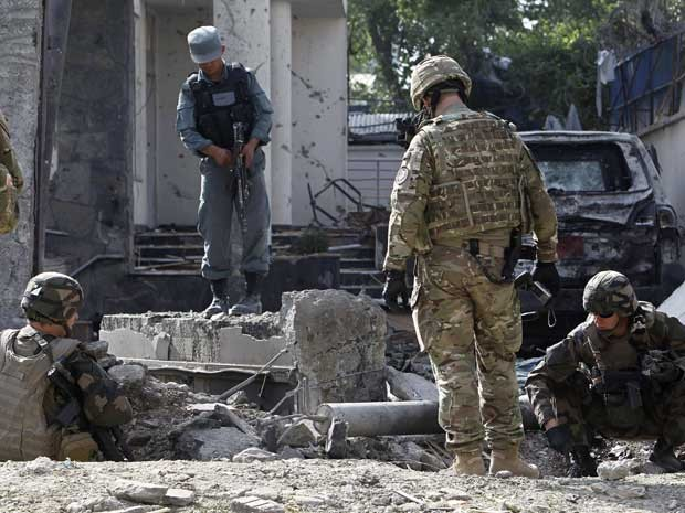 Soldados da Otan guardam local de confronto com grupo talibã. (Foto: Omar Sobhani / Reuters)