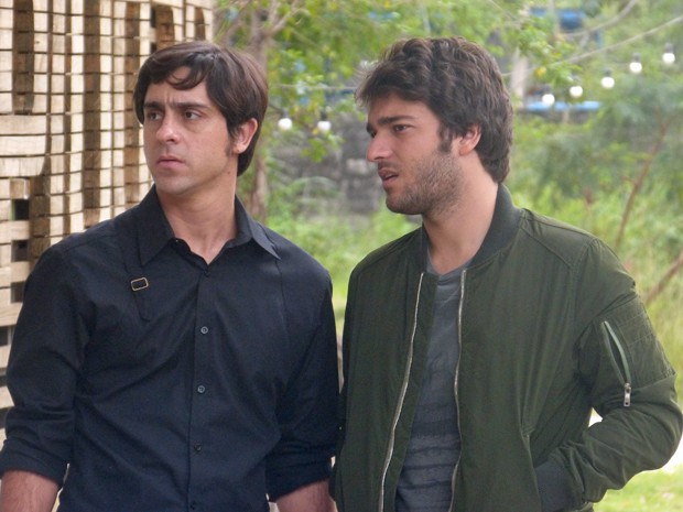 Davi vê Zac saindo da casa de Manu e comenta com Ernesto  (Foto: Geração Brasil/ TV Globo)