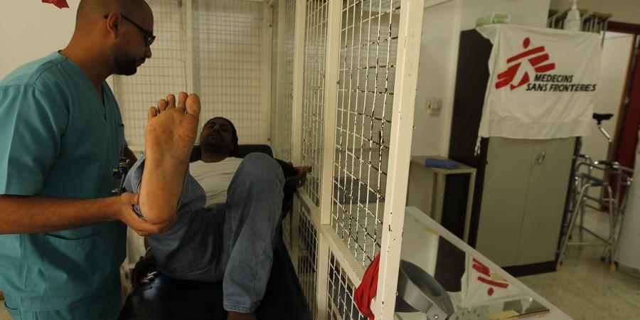Paciente faz sessão de fisioterapia no hospital de reconstrução da Médicos Sem Fronteiras em Amã, na Jordânia (Foto: Ali Jarikji/Médicos Sem Fronteiras )