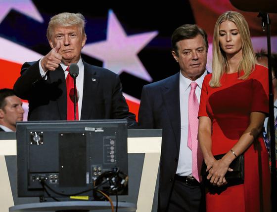 BEM PERTO: Donald Trump e Paul Manafort na campanha de 2016 (Foto:  Rick Wilking/REUTERS)
