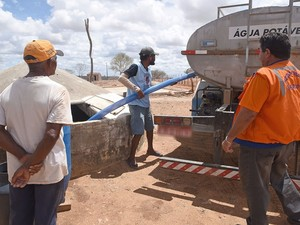 Operação carro-pipa do Governo do Estado na interior de Sergipe (Foto: Marcelle Cristinne)
