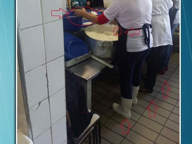 Escola tem merendeiras fazendo comida sem luvas (Foto: TV Globo/Reprodução)