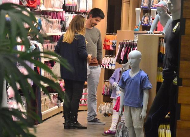 Vitória Frate e Pedro Neschling escolhem produtos infantis em loja (Foto: AgNews)