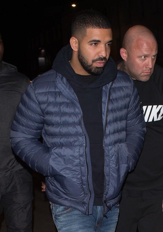 Drake com jeans, moletom e jaqueta de náilon (Foto: AKM-GSI)