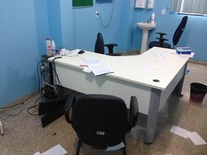 Mesa onde médica atendia foi alvo do ataque de violência da paciente (Foto: Ivanilson Tolentino/G1)