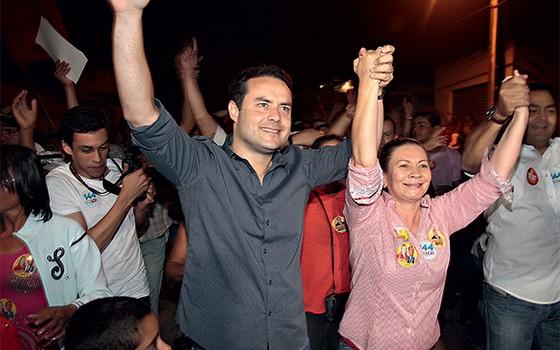 O NOVO  Renan Filho com uma correligionária, na campanha em Major Isidoro. Seu pai senador não aparece (Foto: Igor Pereira/ÉPOCA)