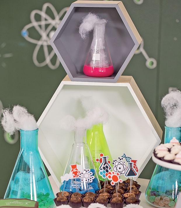 Detalhes — Tubos de ensaio deram graça à mesa. De dentro deles saíam tufos de plumante (fibra de silicone para artesanato), imitando fumaça. (Foto: Thais Galardi/GNT)