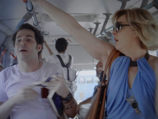 Samantha e Pepito em ônibus (Foto: Gshow)