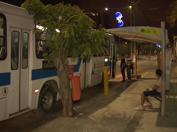Assalto aconteceu nesta parada de ônibus por volta das 19h (Foto: Reprodução/TV Paraíba)