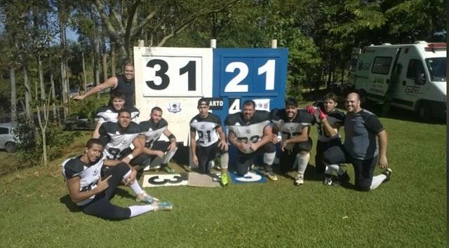 Time do Campo Grande Gravediggers comemora vitória sobre o Challengers (Foto: Divulgação/Gravediggers)