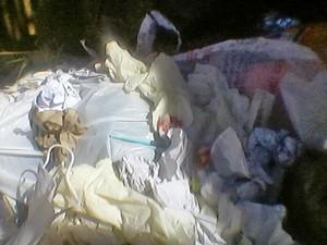 Utensílios hospitalares foram encontrados com lixos domésticos (Foto: Reprodução/ Arquivo Sergio Carvalho)