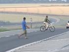 Reportagem flagra pedestres atravessando rodovias na região