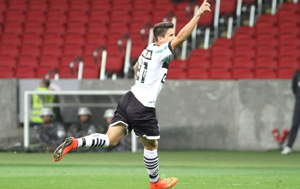 Everaldo comemora gol do Figueirense contra o Internacional (Foto: Luciano Leon / Agência estado)