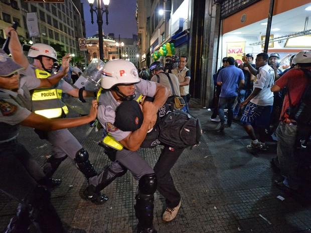 Policiais detém manifestante no centro de São Paulo (Foto: Nelson Almeida/AFP)
