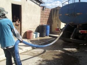 Carros-pipa são usados para levar água para as residências de Antônio Martins, RN (Foto: Anderson Barbosa/G1)