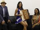 Nos bastidores do The Voice, Lucy Alves canta e toca sanfona ao lado da família