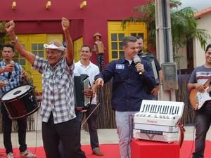 Apresentador Luciano Huck voltou a Campina Grande para entregar casa do sanfoneiro  (Foto: Taiguara Rangel/G1)
