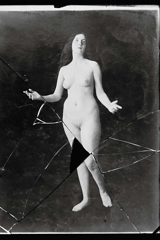 Audrey Munson posing naked for studio shot. Interior shot. (Foto:  )
