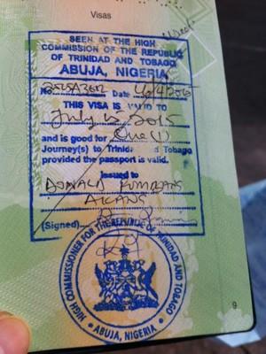 Passageiro mostra visto para a Trinidad e Tobago  (Foto: Letícia Macedo/ G1)