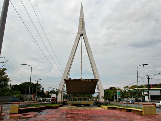 Monumento dedicado à Ponte sobre o Rio Negro foi construído pelo governo do estado (Foto: Adneison Severiano/G1 AM)