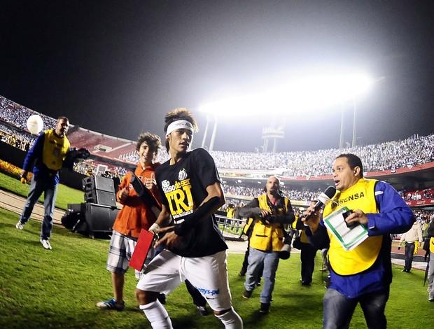 Neymar comemora o título (Foto: Marcos Ribolli / Globoesporte.com)