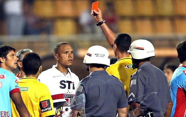 Luis Fabiano recebe o cartão vermelho no final da partida do São Paulo (Foto: JF Diorio / Ag. Estado)
