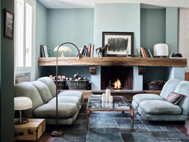 Lareira.  Desenho de Hartung. Sofá de suede verde criado por Gigi Rizzo e vindo de sua casa em St. Tropez (Foto: Fabrizio Cicconi / Living Inside)