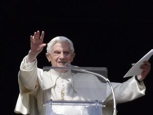 O Papa Bento XVI apareceu na janela de seus aposentos no Vaticano para abençoar os milhares de fiéis neste domingo (17) na Praça São Pedro, durante sua primeira bênção dominical do Ângelus desde o anúncio de sua renúncia e a penúltima antes de sua saída (Foto: Max Rossi/Reuters)