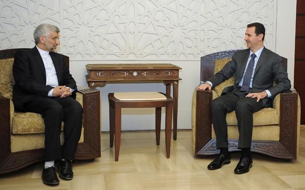 O presidente da Síria, Bashar al Assad (à direita) conversa com o emissário iraniano Said Jalili nesta terça-feira (7), em imagem divulgada pela agência Sana (Foto: AFP)