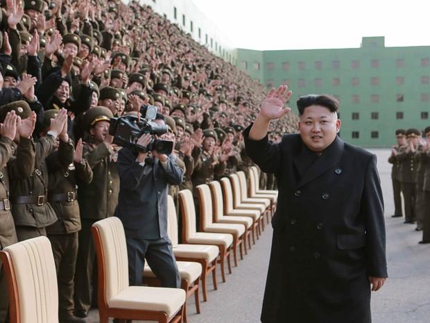 O líder da Coreia do Norte, Kim Jong Un, participa de uma sessão de fotos com participantes de uma reunião entre comandantes do Exército do Povo (KPA) e instrutores políticos em Pyongyang. Foto sem data liberada pela Agência de Notícias da Coréia do Norte (Foto: KCNA/Reuters)
