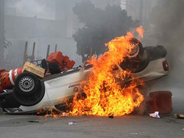 Carro é incendiado durante protesto contra a cobrança de estacionamento na Ceagesp. (Foto: Edno Luan/ Futura Press/ Futura Press/Estadão Conteúdo)