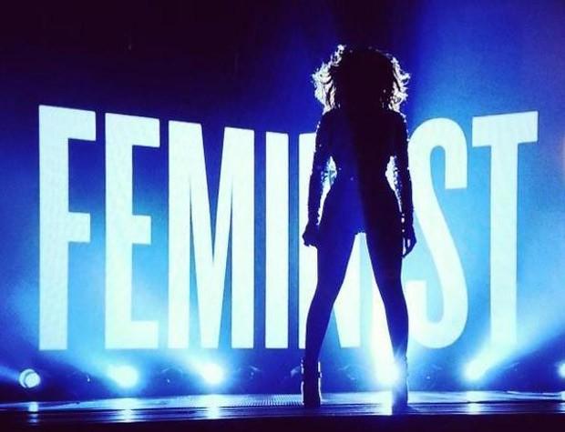 A cantaora Beyoncé em performance no VMA, em que inseriu falas da escritora nigeriana Chimamanda Ngozi Adichie (Foto: Getty Images)