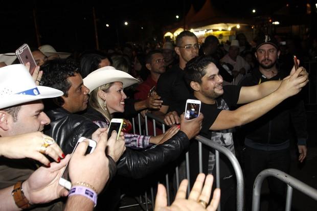 Jorge com fãs na Festa do Peão de Barretos, em São Paulo (Foto: Celso Tavares/ EGO)