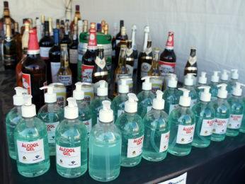 Metade das mercadorias tiradas de circulação são recicladas, como as bebidas transformadas em álcool gel e combustível (Foto: Fabiula Wurmeister / G1)