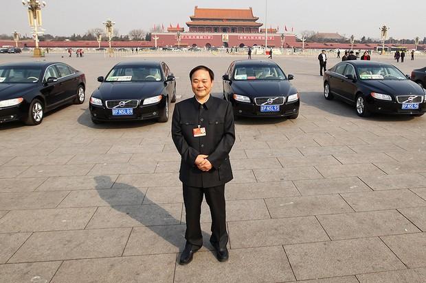 Li Shufu, presidente da Geely, posa com frota de modelos Volvo na Tiananmen Square em 2011 (Foto: Feng Li/AFP)