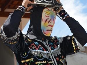 Cavaleiro se prepara para entrar no torneio em Santana do Jacaré (Foto: Samantha Silva / G1)
