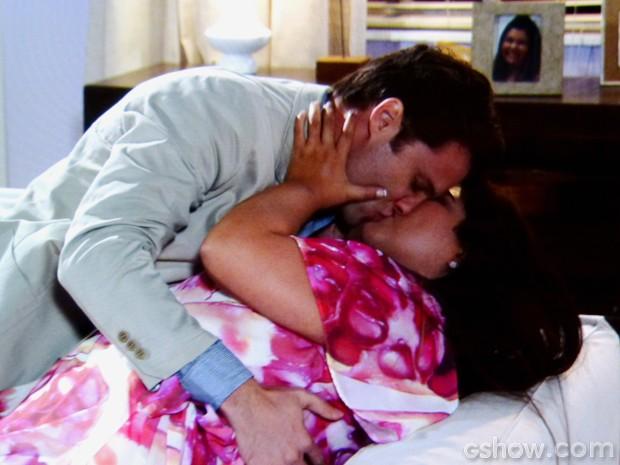 Vanderlei e Perséfone se beijam (Foto: Amor à Vida/TV Globo)